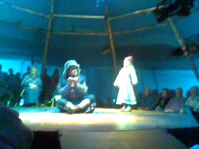 (Scenebilder fra forestillingen 'Der Stjernan Bor' ) Gamle Brita, Den Sterke Mannen og den lille samejenta Vilmi